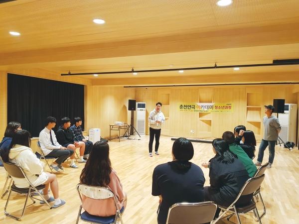 청소년과정 참가자들이 발성 교육을 받고 있다.사진 제공=춘천연극제